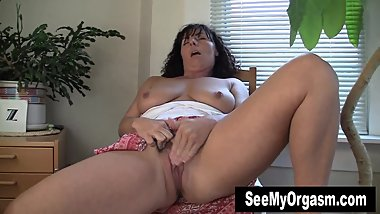 Hot MILF Lynn Masturbating