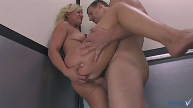 Tempting blonde with perfect tits seduces her coworker