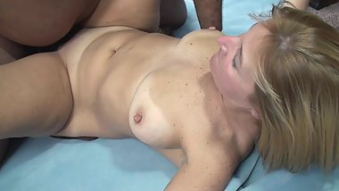 Curvy MILF Lisa gets her pussy pounded