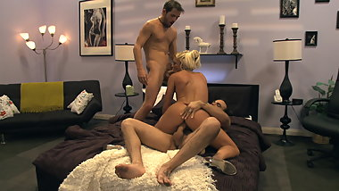 Blondie with perky tits gets hardcore threesome action in bed