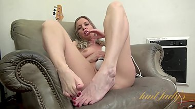 BAREFOOT MILF PLAYS WITH TOY