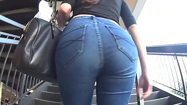MILF ASS TIGHT JEANS