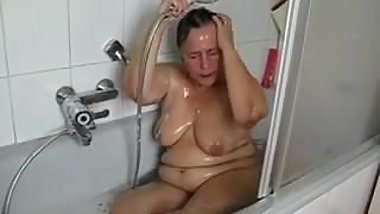 Mature bathroom pussy play