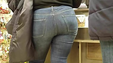 Sexy MILF with hot round ass in tight jeans