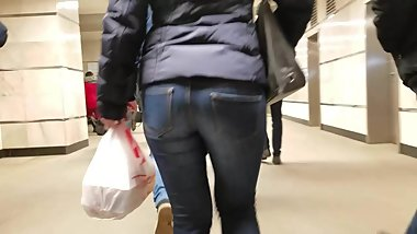 Fast moving MILF's ass in tight jeans