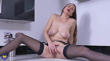 Slim mature mommy feeding pussy on kitchen