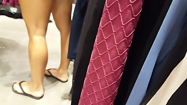 Candid voyeur milf with hot legs and feet shopping
